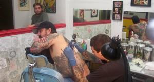 Agujas desechables y guantes, obligatorios en tatuajes y piercing