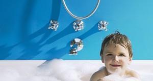 Los dermatólogos alertan de que se lava en exceso a los niños